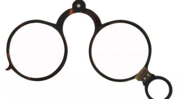 0d72bd98e A palavra óculos surgiu com o termo ocularium na Antiguidade Clássica e era  utilizado para designar os orifícios das armaduras que permitiam que os  soldados ...